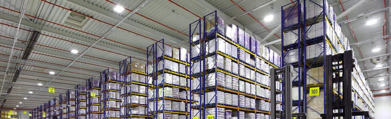 Umruestung – LED-Beleuchtung in einer Logistikhalle